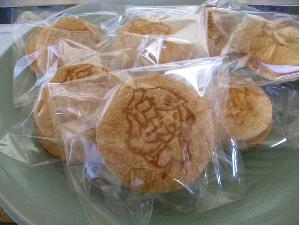 人気商品「おとちゃんほっぺ」~ほっぺたのようにふわふわな食感のスイーツ 地元産のいちごを使って作られた「いちごのマシュマロ」が入っています
