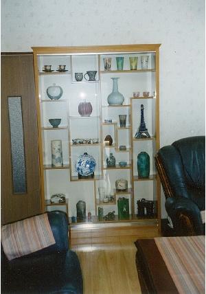 (施工例3)不規則な棚のデザインの陳列ケース。お客様の収集された、陶器類を洋間に飾るための物です