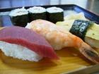 自慢の寿司にうどんまたはそばをセットしたお得なメニュー
